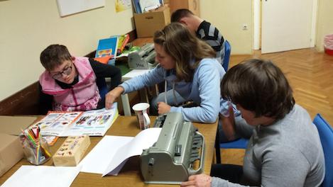 učenci delajo domačo nalogo