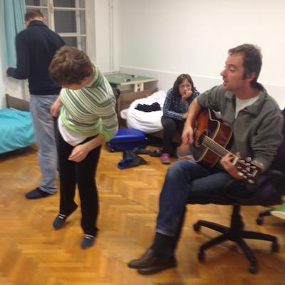 vzgojitelj Dušan igra na kitaro