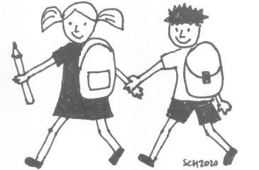 Deklica in deček s šolsko torbo, se držita za roke in hodita. Oba se smejita. Deklica v roki drži veliko pisalo.