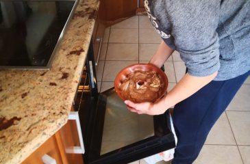 Kolač se bo spekel v pečici.