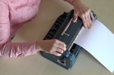 Vstavljanje papirja v brajev stroj