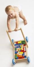 Dojenček potiska voziček