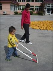 Otrok s pravokotnikom na kolesih