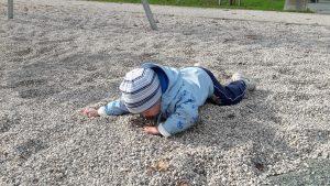 Otrok leži na pesku